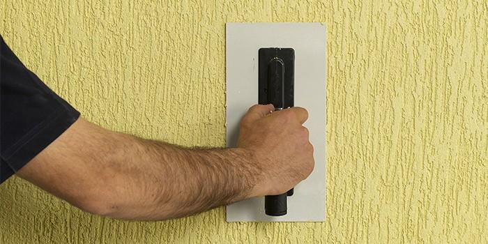 שליכט צבעוני על קיר בעזרת מלאנז'